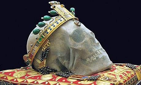 Ostatky sv. Václava jsou uloženy na Pražském hradě vkatedrále sv. Víta. Lebka bývá při slavnostních příležitostech vystavována. Nese korunu sčelenkou, kterou věnoval první Československé republice klub dam ze Spojených států amerických.