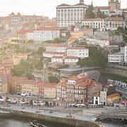Nábřeží řeky Douro s jedním z výtahů a klášterem Svatého Lorence