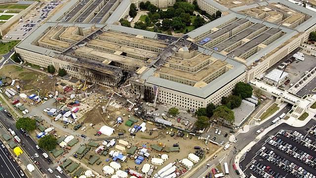 Budova Pentagonu va Washingtonu po pádu letounu řízeného teroristy