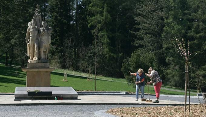 Pietní areál Javoříčko na Olomoucku. Hrob 38 zabitých mužů