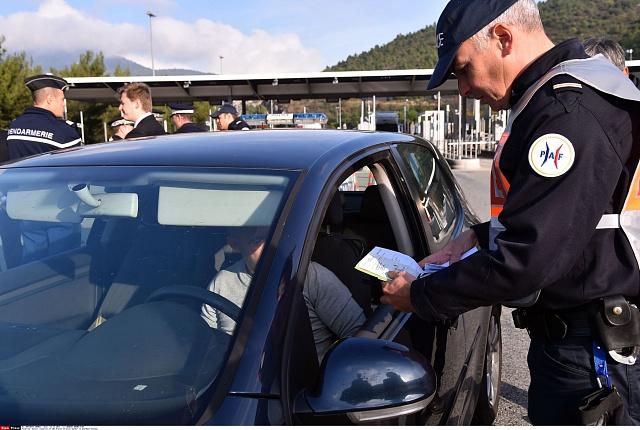 Ve Francii stále platí výjimečný stav. Zvýšený počet policistů ovšem přináší značné náklady a problémy snedostatkem lidských zdrojů.