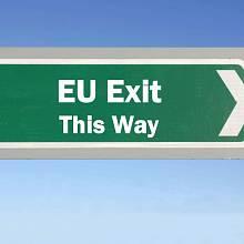 Ilustrační foto - Odchod z EU naznačený dopravní značkou EU exit