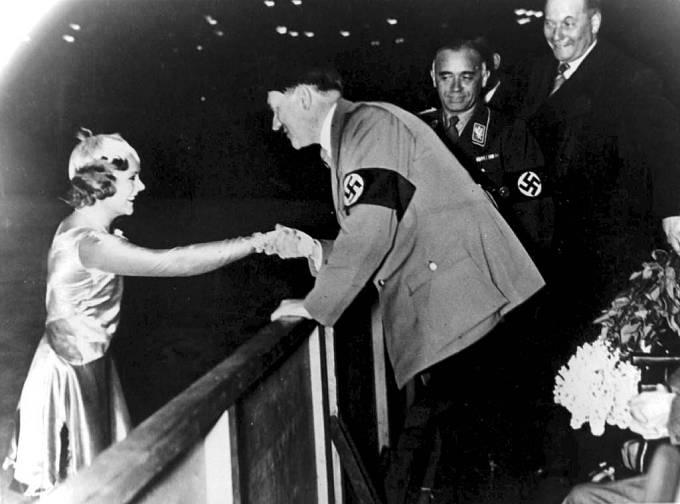 Krasobruslařka Sonja Henie a Adolf Hitler na olympijských hrách v Berlíně 1936