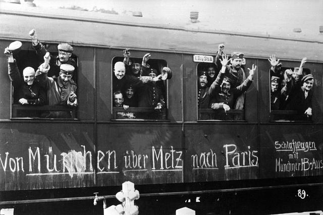 Odjezd natěšených německých vojáků na frontu vsrpnu 1914