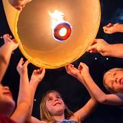 Jeden z nejkrásnějších svátků na světě. Lidé při něm za úplňku (vychází většinou na začátek našeho listopadu) vypouštějí tisíce velkých lampionů, často s napsaným přáním.