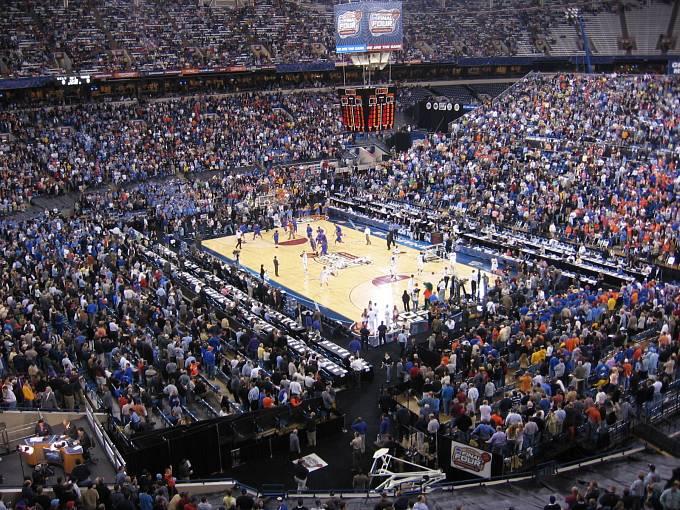 Nejde o profesionální utkání, ale jen o vysokoškolský turnaj. Vzbuzuje ale větší zájem než Super Bowl.