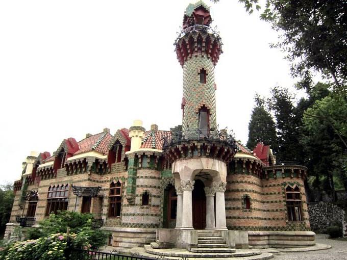 Dům Casa el Capricho (1883-1885) v Comillas u Santanderu v Kantábrii
