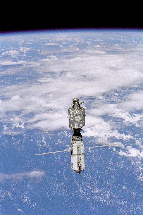 ISS – dnes jediná trvale obydlená vesmírná stanice. Vznikla kooperací pěti vesmírných agentur, staví se od konce 90. let. Na snímku v roce 1999.
