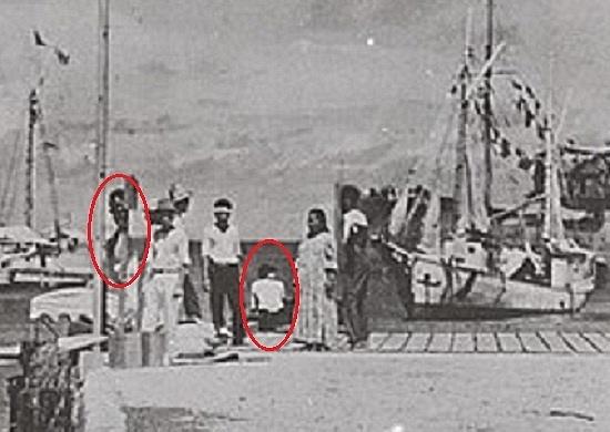 Detail fotografie zatolu Jaluit - sedící žena prý mohla být Amelia Earhart, muž vlevo její navigátor Fred Noonan.