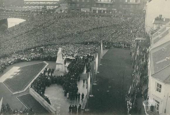 Odhalení Stalinova pomníku v Plzni v roce 1953