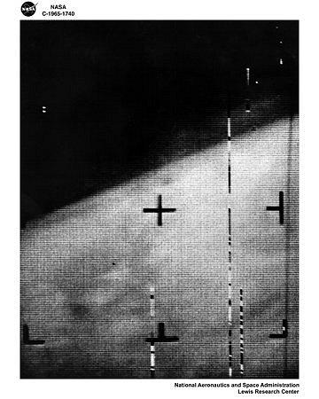 První fotografie Marsu. Pořídila ji sonda Mariner 4 v srpnu 1965, tehdy nahradila dříve vyslanou sondu Mariner 3, jejíž mise nebyla úspěšná kvůli technické závadě.