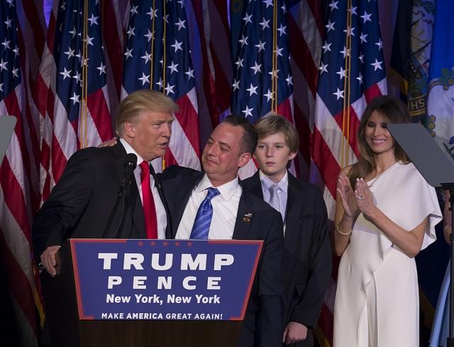 """8. listopad 2016: Donald Trump se stává 45.prezidentem USA. Vnewyorském hotelu Hilton byl obklopen nejbližšími – mezi nimi nechyběli """"nejpracovitější člověk"""" Reince Priebus, nejmladší syn Barron a manželka Melania."""