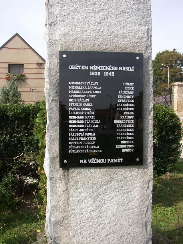Vesnice Lidice byla vypálena. Oběti připomíná itato pamětní deska.
