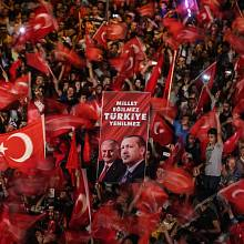 Demokratická Evropa kroky prezidenta Erdoğana nechápe. U turecké veřejnosti se však dočkaly masové podpory.