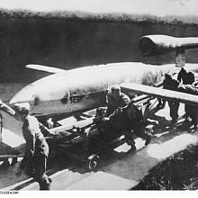 Němečtí vojáci připravují ke startu raketu V-1