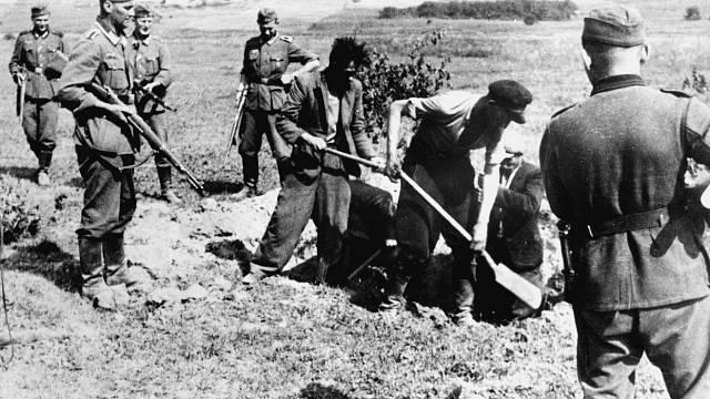 Partyzáni byli nuceni vykopat si vlastní hroby.