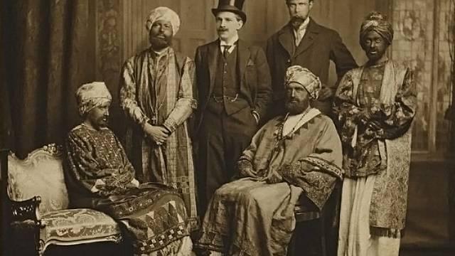 """Horace de Vere Cole (třetí zleva) s """"delegací vysoce urozených Habešanů"""", ve které byla i spisovatelka Virginia Woolfová (zcela vlevo)"""