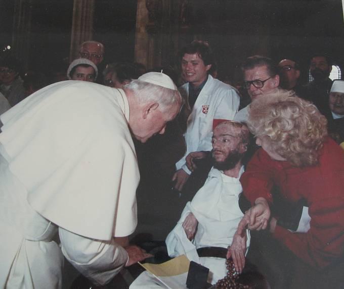 Julius Varga při setkání s Janem Pavlem II v chrámu svatého Víta v Praze