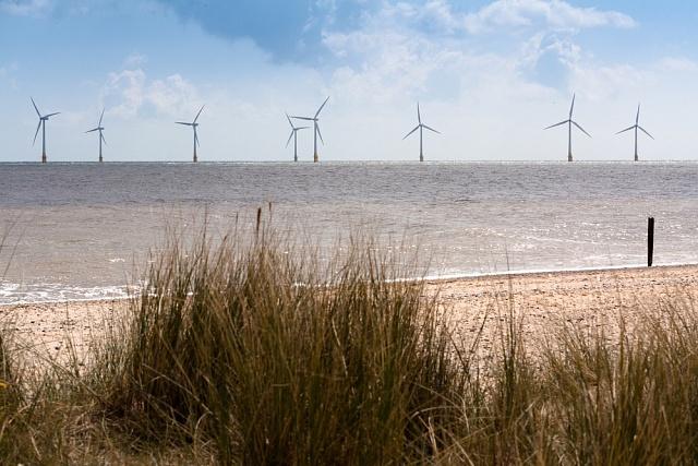 Jeden zmnoha větrných parků, které vyrůstají na mělčinách okolo Velké Británie. Fotka zachycuje elektrárny uvýchodoanglického Norfolku.