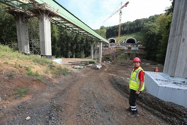 Snímek ze stavby dálnice v dubnu 2016