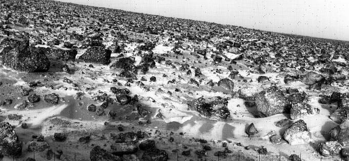 V roce 1979 poslala sonda Viking Lander 2 fotku povrchu Marsu, na kterém jsou patrné i ledové krystalky.