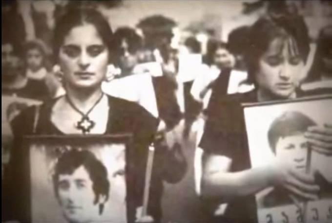 Demonstrantky s fotografiemi zabitých
