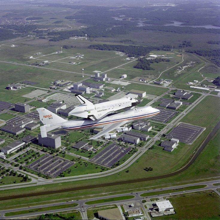 Zpět do vesmírného Kennedyho střediska se raketoplány dostávaly připoutané k dopravnímu letadlu. Při výbuchu Challengeru v roce 1986 zemřelo sedm členů posádky.