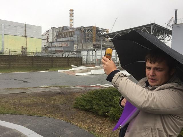 Náš ukrajinský průvodce Constantin má díky Geigerovu detektoru radiaci pod kontrolou.