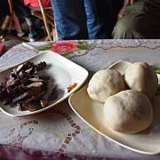 Z manioku se vyrábí fufu, což je nejčastější konžské jídlo a jí se téměř ke všemu. Mazlavá koule může být také z kukuřice. Ani v jedné variantě se ovšem nejedná o výživnou stravu.
