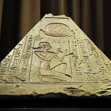 Pyramidion ze 7. st. př. n. l. vystavený v Petrohradě