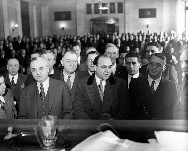 Al Capone (uprostřed) před soudem v roce 1931