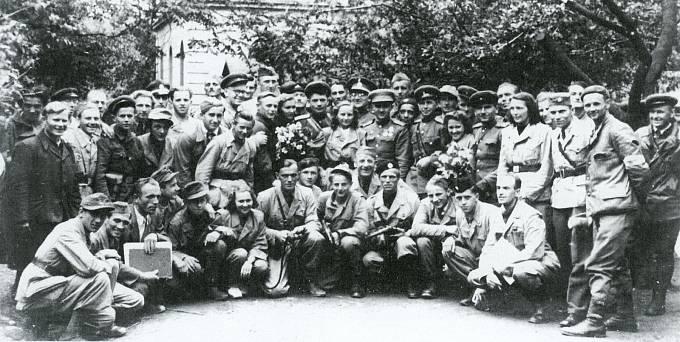 Ráno 6. května 1945 dorazili do Příbrami členové partyzánské skupiny Smrt fašismu pod vedením kpt. Jevgenije Olesinského (uprostřed s kyticí) a odzbrojili zbytek německé vojenské posádky. Snímek vznikl krátce po osvobození