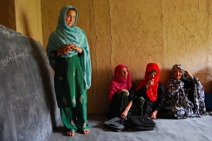 Afghánistán se také potýká s městskou a příměstskou chudobou. Vrámci projektů zaměřených na pomoc chudým přicházejícím za obživou do měst vznikají svépomocné skupiny a spořicí ženské spolky, díky kterým se o sebe ti nejohroženější dokážou sami postarat.