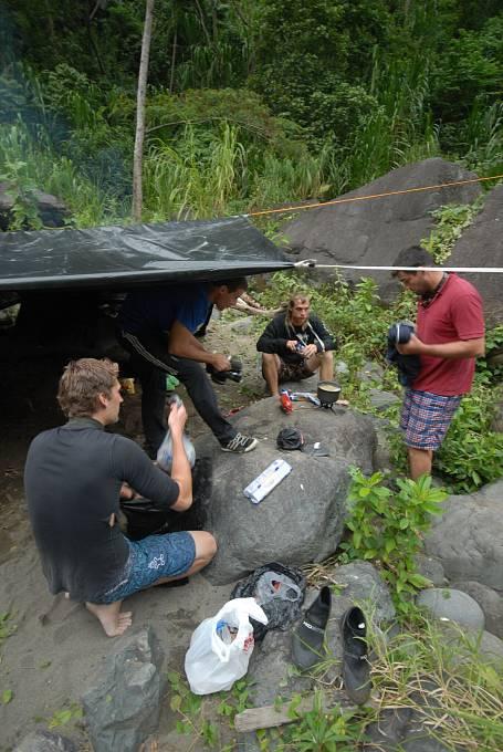 Příprava přístřeší v kaňonu na řece Chirripo Atlantico, Kostarika