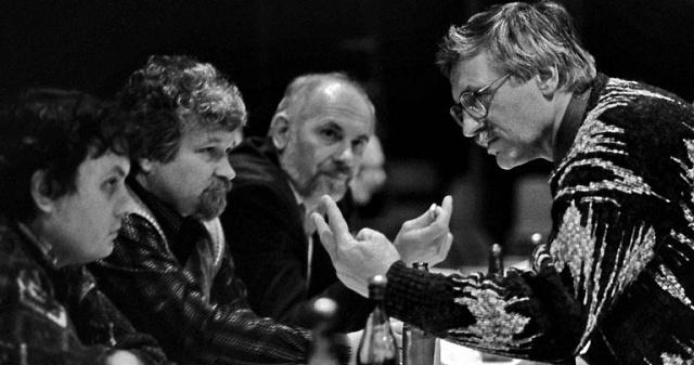 Mezi prognostiky: Petr Pithart (druhý zleva) sVáclavem Klausem (vpravo) a Vladimírem Dlouhým (vlevo)