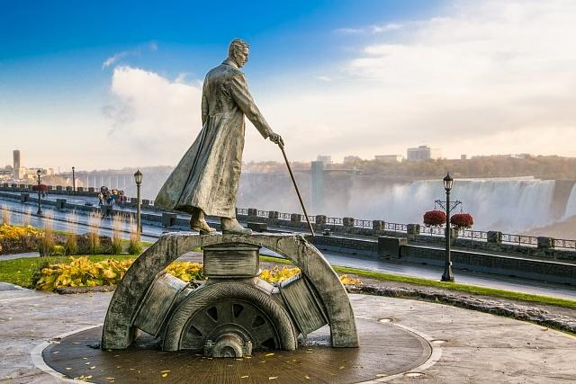 Monument Nikoly Tesly uNiagarských vodopádů vKanadě.