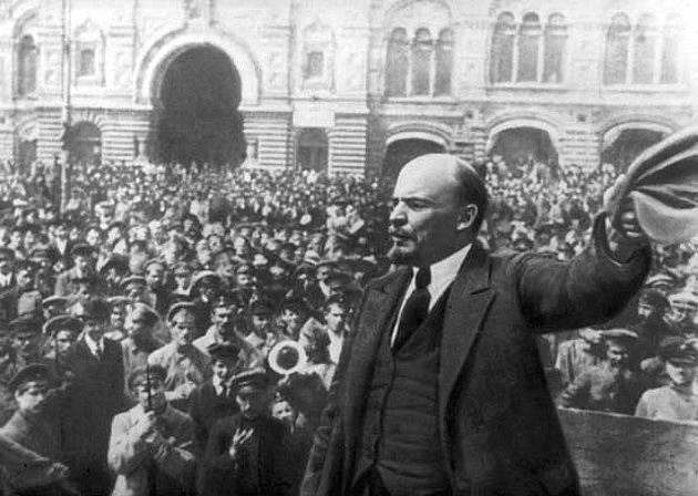 Lenin hlásá revoluční myšlenky