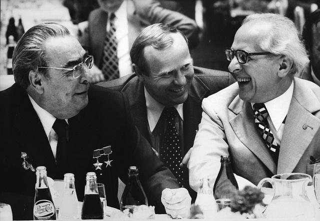Leonid Brežněv vpřátelském potlachu slídrem NDR Erichem Honeckerem