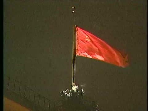 Okamžik, oněmž snili desítky let demokraté celého světa: poslední stahování sovětské vlajky vmoskevském Kremlu 26.prosince 1991