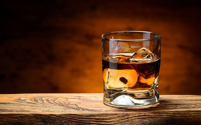 Pánové chřipku léčili skleničkou whiskey.