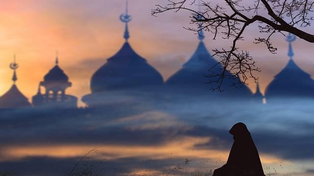 Muslimka v pokorných modlitbách