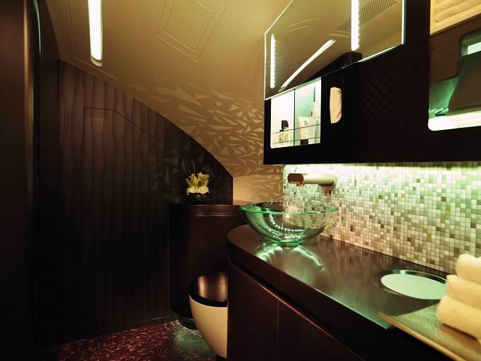 Ještě pohled do koupelny v letadlech aerolinek Etihad Airways