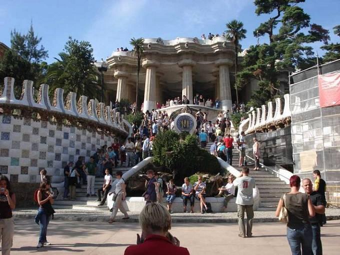 Güellův park v Barceloně (1900-1914) navrhl Gaudí jako zahradní město, nebyl však dokončen. Zůstal jen pohádkový park na svahu nad mořem.