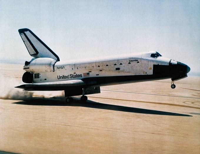 Raketoplán Columbia přistává po své první misi 14. dubna 1981