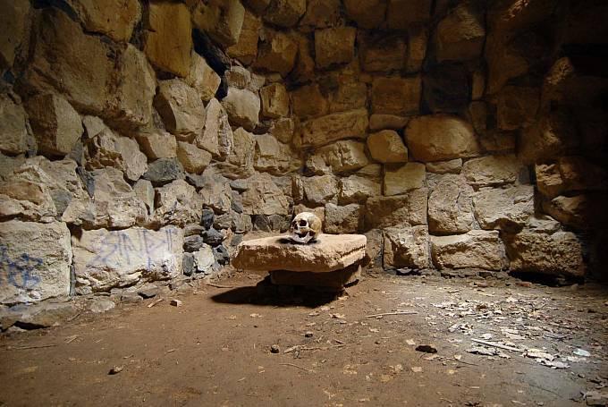 V blízkosti hradu bylo nalezeno velké množství lidských kostí.