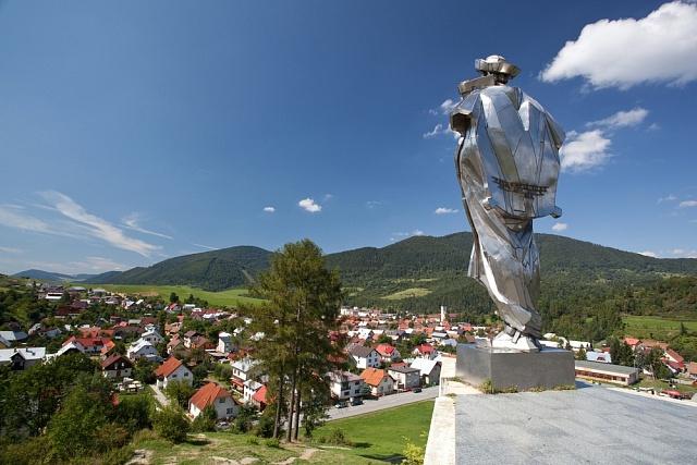 Socha Jánošíka zhlíží na obec Terchová