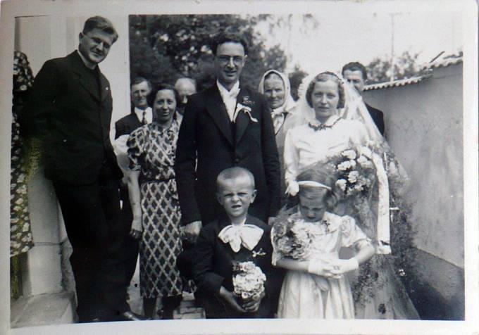 Svatba rodičů Jana Moravce - vlevo oddávající vikář František Štverák