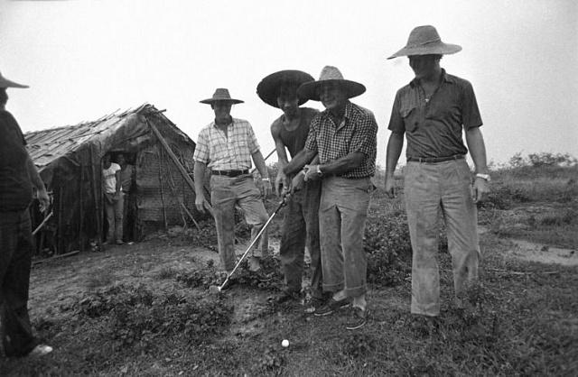 Arnold Palmer při budování prvního čínského hřiště vroce 1982