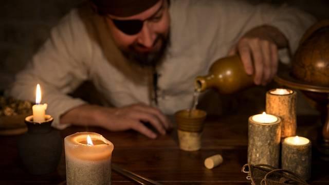 Kurděje postihovaly především mořeplavce v 15. století. Hlavní příčinou této děsivé nemoci byl nedostatek vitaminu C a jednotvárná strava.