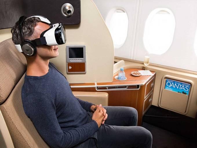 Na vybraných letech půjčují aerolinky Qantas cestujícím i brýle pro virtuální realitu.